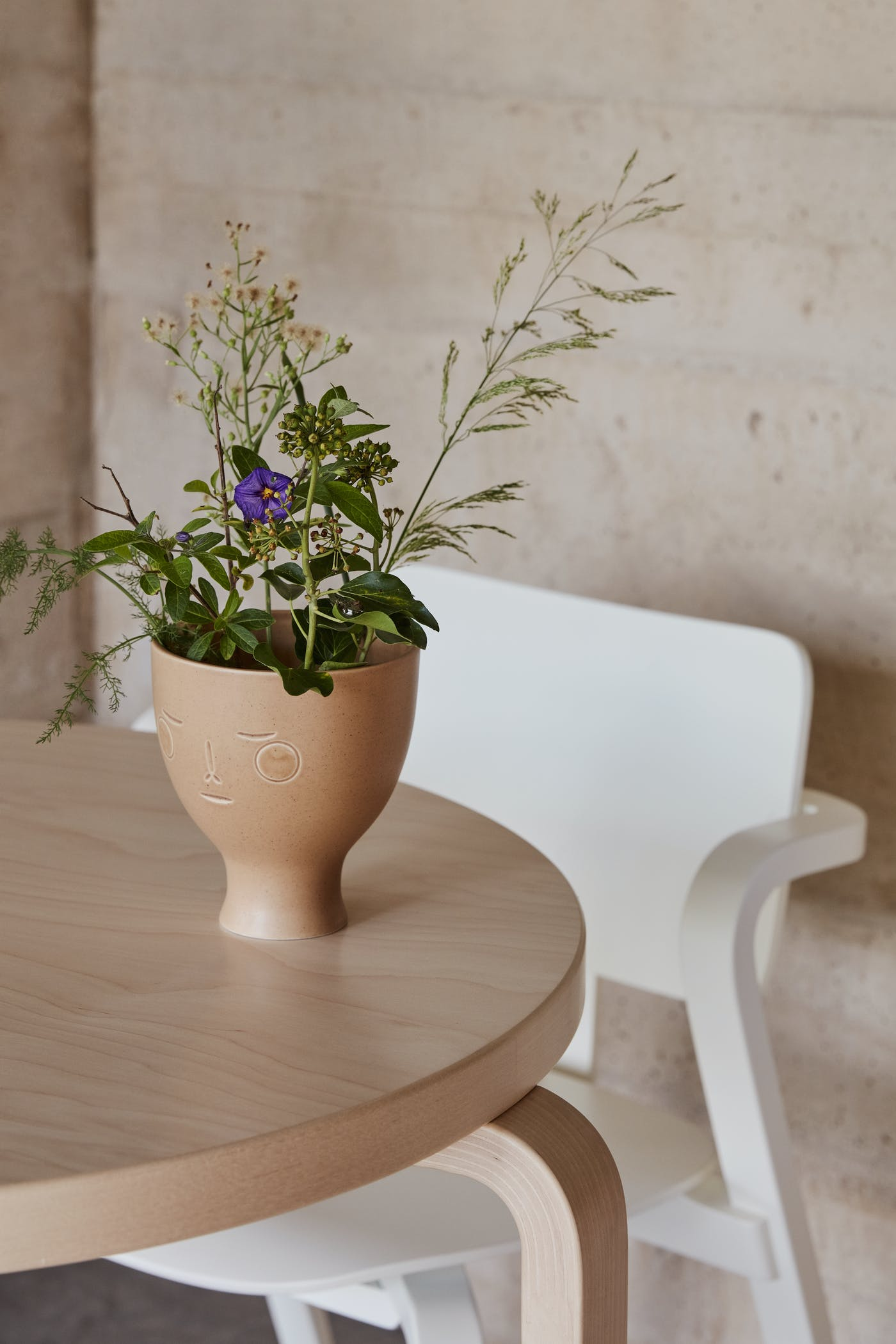 3192766 Midsummer Dream Vase Aslak Chair Table 90 B photo Mikko Ryhanen master