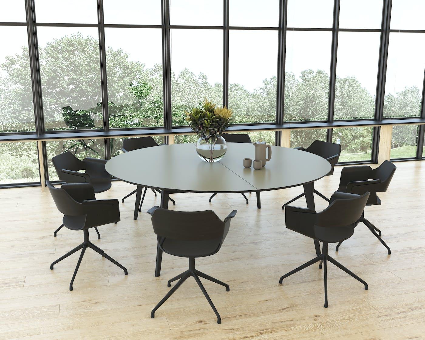 Miljø MADRID Ø210 olive linoleum med sort kant sortlakerede massive egeben samt sorte FLAGSHIP stole