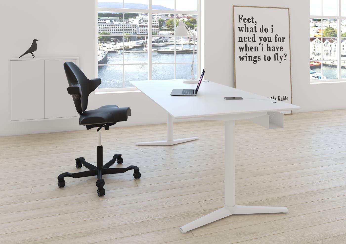 SWITCH skrivebord hvid hvid med tilbehør samt hvid væghængt reol med grebsfrie fronter